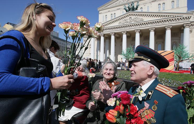 Ветераны во время празднования Дня Победы у Большого театра, 2014 год
