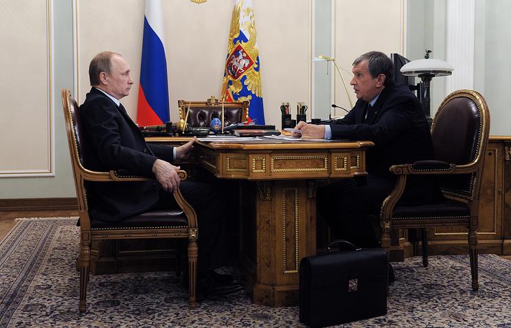 Владимир Путин и Игорь Сечин во время встречи в Ново-Огарево
