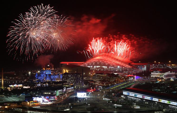 Салют во время торжественной церемонии закрытия Игр в Сочи