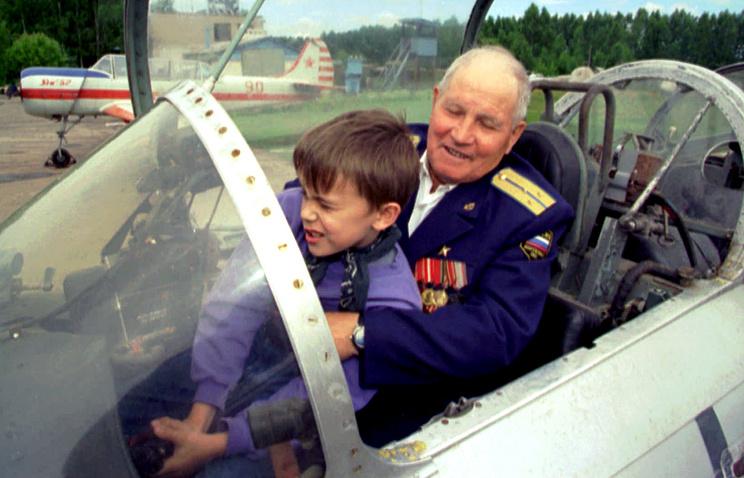 Военный летчик Михаил Девятаев с внуком во время празднования 80-летия в Казани, 1997 год