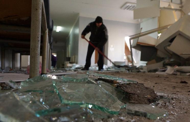 Донецк. 4 февраля. Уборка в здании 27-й больницы в районе Текстильщик, где пять человек погибли в результате попадания снаряда