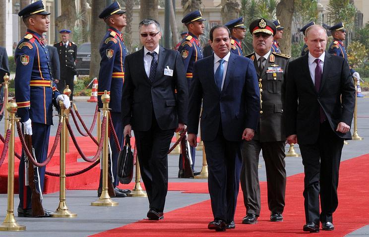 Президент России Владимир Путин и президент Египта Абдель Фаттах ас-Сиси на официальной встрече в Каире