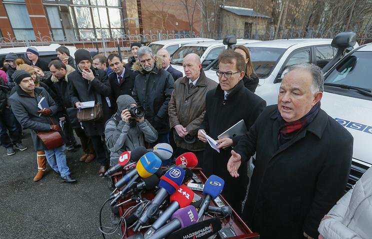 Глава Специальной мониторинговой миссии ОБСЕ на Украине Эртугрул Апакан (справа)