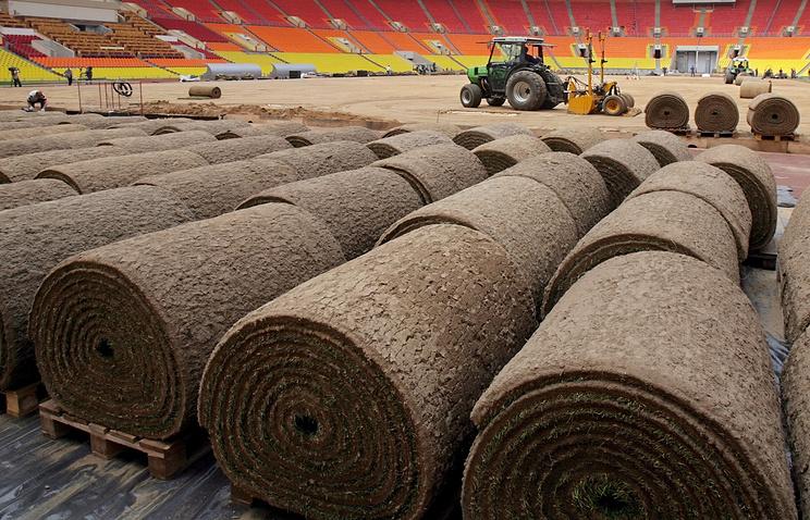 Архив. Укладка искусственного газона на футбольном стадионе