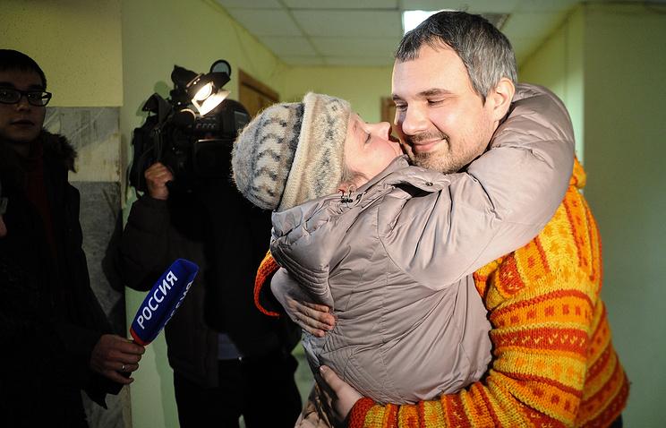 Дмитрий Лошагин со своей матерью Светланой Соколовой в Октябрьском районном суде Екатеринбурга в день оглашения оправдательного приговора