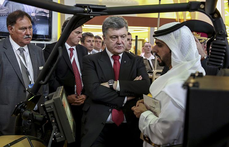 Президент Украины Петр Порошенко и верховный главнокомандующий Объединенных Арабских Эмиратов Мухаммед Аль Нахайян на выставке вооружений и технологий безопасности IDEX-2015