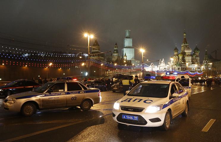 Машины полиции и ДПС на Большом Москворецком мосту, где был застрелен политик Борис Немцов, 28 февраля 2015 года