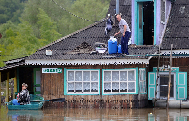Местные жители в подтопленном поселке Ильича Алтайского края во время наводнения. Июнь 2014 года