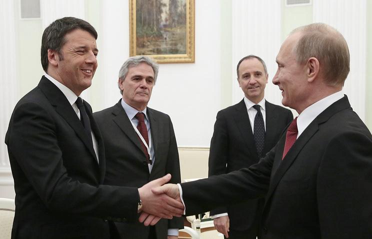Премьер-министр Италии Маттео Ренци, президент России Владимир Путин и посол Италии в России Чезаре Мария Рагальини (слева на втором плане)