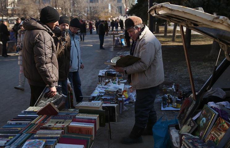 Жители города на одной из улиц Донецка