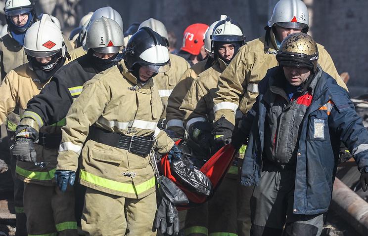 """Разбор завалов на месте пожара в казанском торговом центре """"Адмирал"""""""