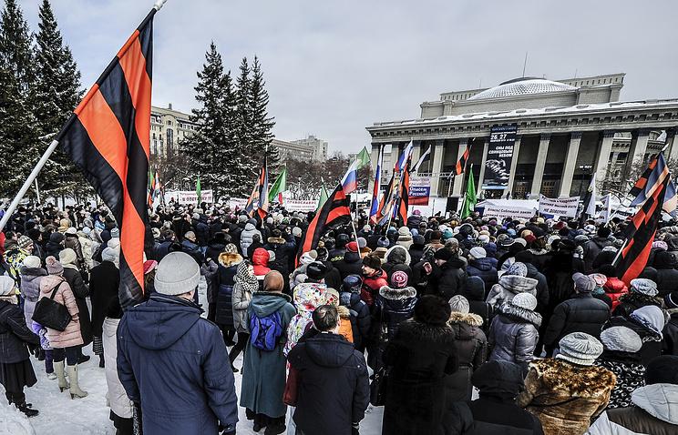 """Участники митинга """"В защиту духовно-нравственных ценностей"""" против оскорбления религиозных чувств верующих перед Новосибирским театром оперы и балета"""