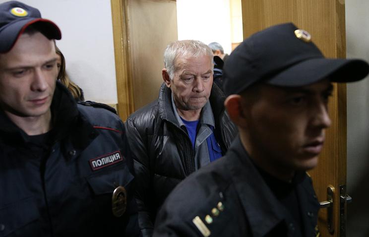 Водитель снегоуборочной машины Владимир Мартыненко (в центре)