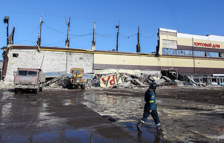 """На месте разбора завалов после пожара в торговом центре """"Адмирал"""" , 13  марта 2015 года"""