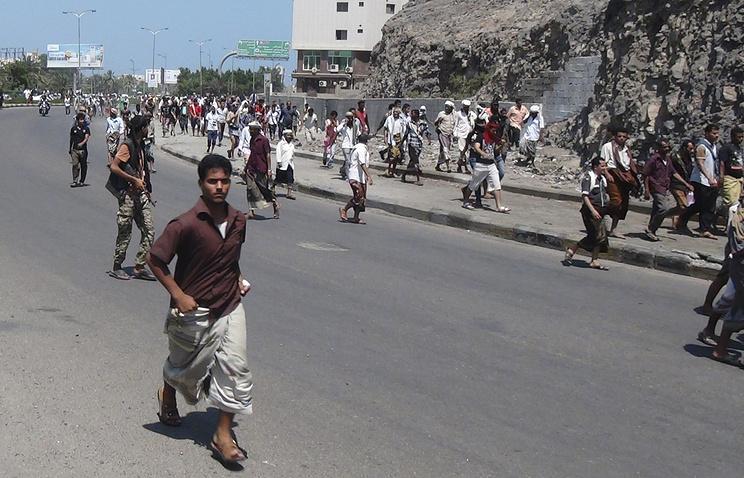 Люди укрываются от авиаударов в столице Йемена Сане