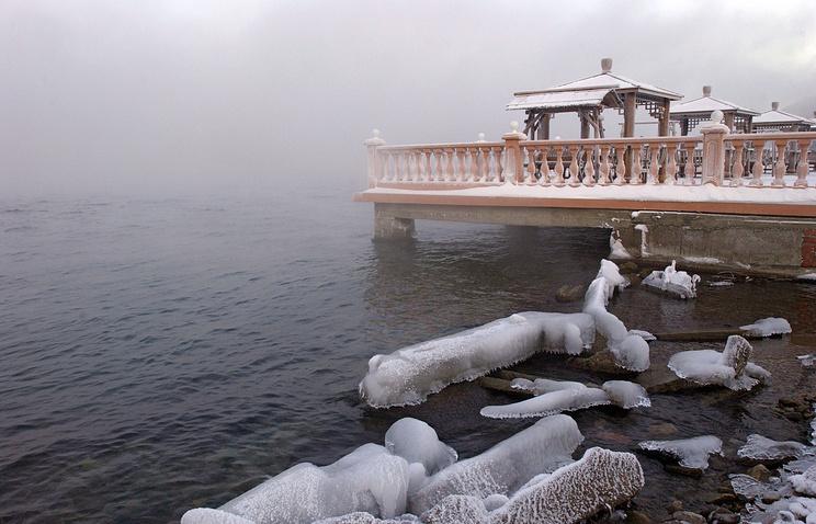 Вид на озеро Байкал в районе поселка Листвянка