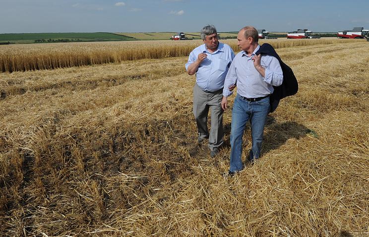 Президент России Владимир Путин во время  посещения сельскохозяйственного производственного кооператива