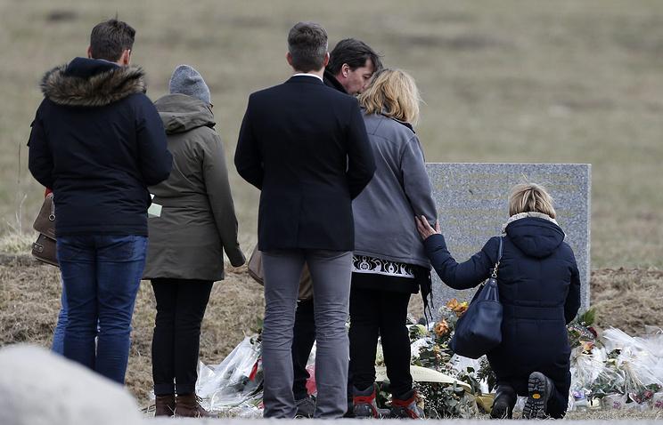 Родственники жертв авиакатастрофы у мемориал в Ле-Верне