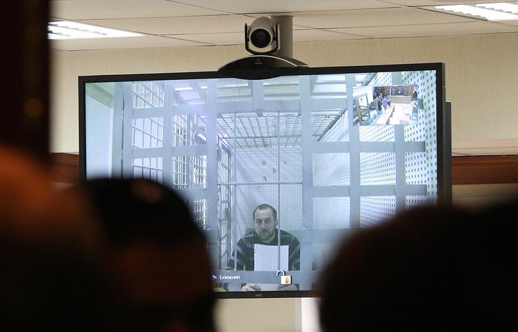 Хамзат Бахаев (на экране) во время рассмотрения жалобы на арест в Мосгорсуде