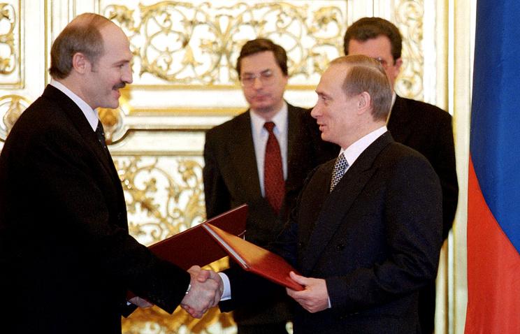 Президент Белоруссии Александр Лукашенко и исполняющий обязанности президента РФ Владимир Путин на церемонии обмена грамотами о ратификации Договора о создании Союзного государства России и Белоруссии в Кремле. 26 января 2000 года