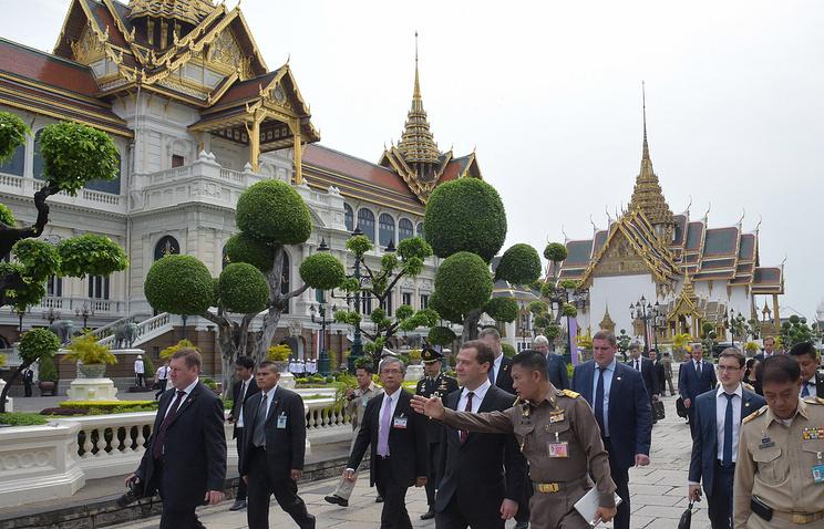 Премьер-министр России Дмитрий Медведев во время официального  визита в Тайланд
