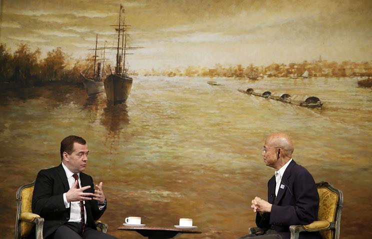 Премьер-министр РФ Дмитрий Медведев и главный редактор мультимедийной группы Nation Суттхичай Юн
