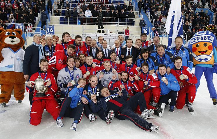 Дмитрий Медведев со сборной России по хоккею с мячом во время награждения