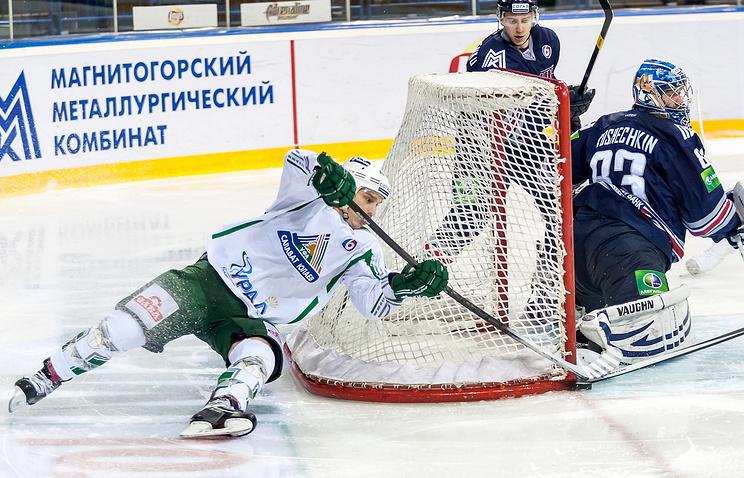 "Игрок ""Салавата Юлаева"" Антти Пильстрем (слева)"