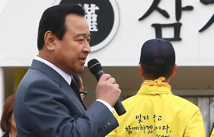"""Премьер-министр Республики Корея  Ли Ван Гу на месте проведения траурной церемонии, посвященной первой годовщине гибели южнокорейского парома """"Сэволь"""""""