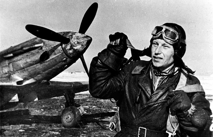 Летчик Александр Покрышкин у самолета