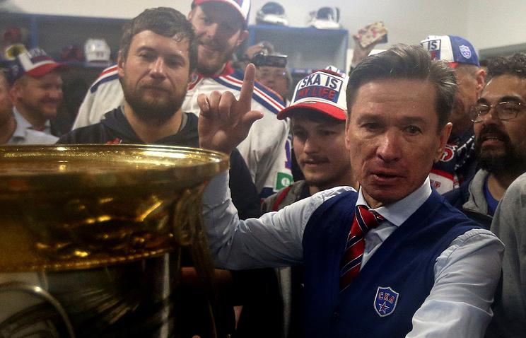 Главный тренер ХК СКА Вячеслав Быков (справа)