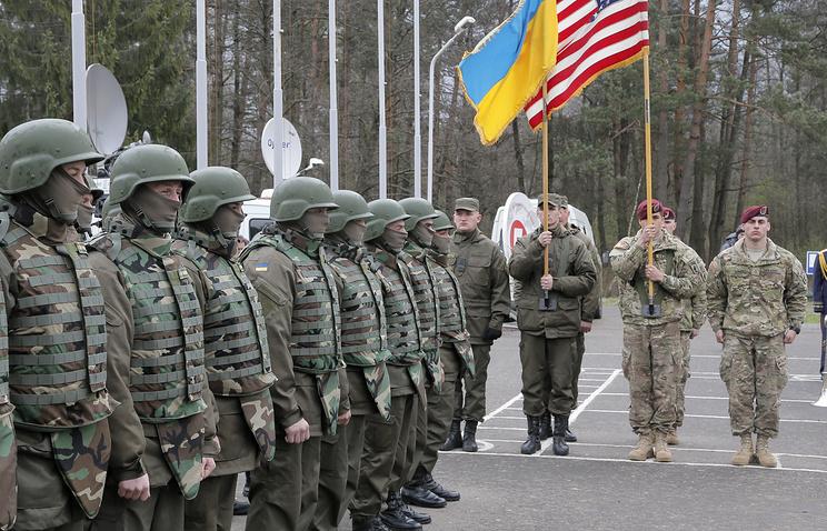 Американские и украинские военнослужащие во время открытия учений Fearless Guardian 2015