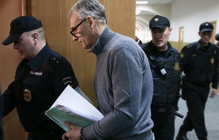 Александр Хорошавин (второй слева) перед заседанием по вопросу о продлении срока ареста в Басманном суде