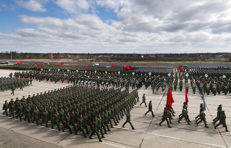 Военнослужащие на полигоне в Алабине во время совместной тренировки пеших и механизированных колонн к Параду Победы