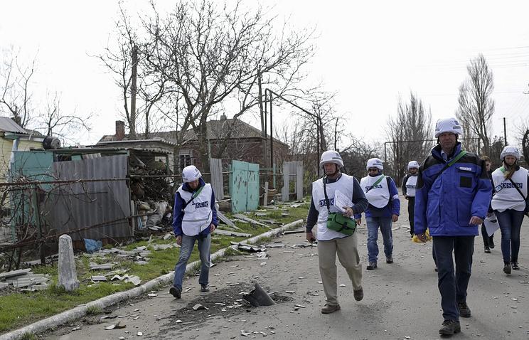 Представители ОБСЕ в одном из украинских поселков