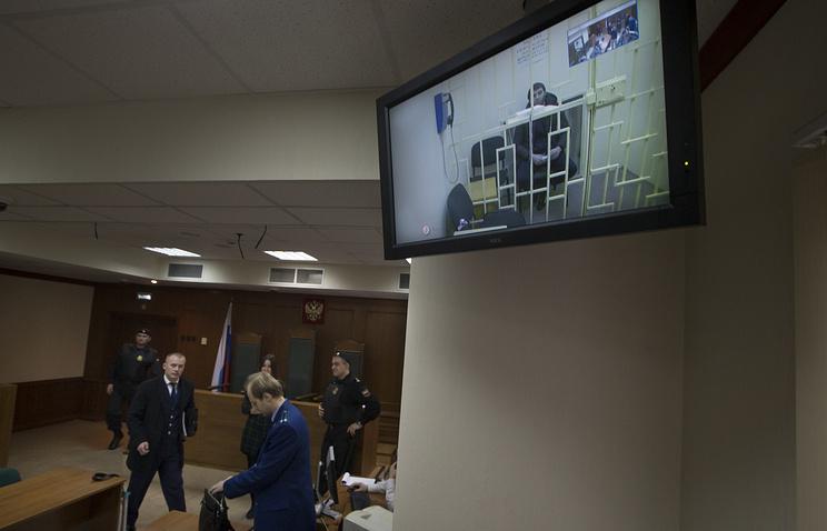 Заур Дадаев (на экране) во время рассмотрения жалобы на арест в Мосгорсуде, 1 апреля