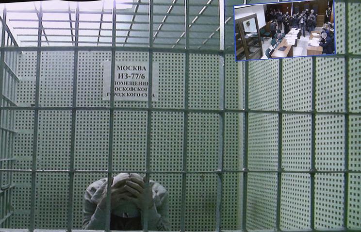Тамерлан Эскерханов (на экране) во время рассмотрения жалобы на арест в Мосгорсуде