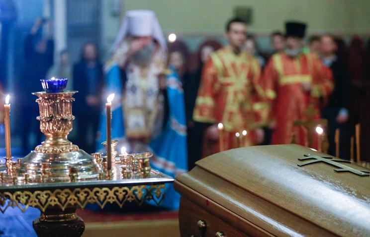 Прах великого князя Николая Николаевича Романова во время заупокойного богослужения в Донском ставропигиальном мужском монастыре, 27  марта 2015 года
