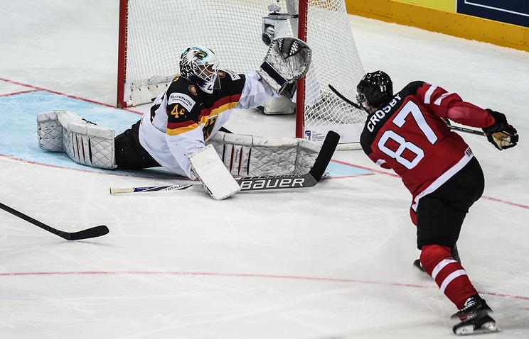 Эпизод из матча между сборными Канады и Германии