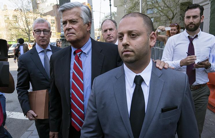 Дин Скелос и его сын Эдам у  федерального суда в Нью-Йорке