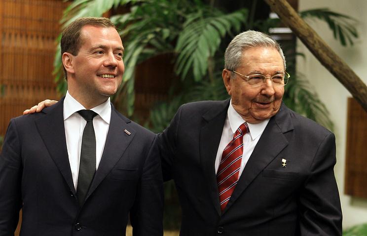 Премьер-министр РФ Дмитрий Медведев и председатель Госсовета и Совета министров Кубы Рауль Кастро