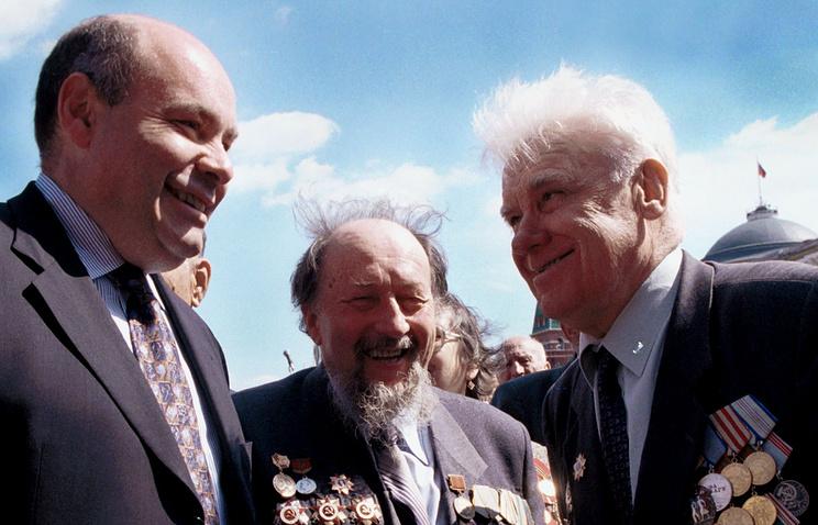 Михаил Швыдкой и участники парада Победы 1945 года Алексей Стефанов и Константин Левыкин, 2000 год