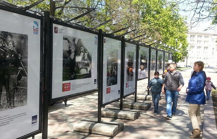 """Фотовыставка """"Помнит мир спасённый"""" на Никитском бульваре Москвы."""
