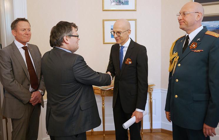Посол России в Норвегии Вячеслав Павловский (в центре) во время вручения медалей