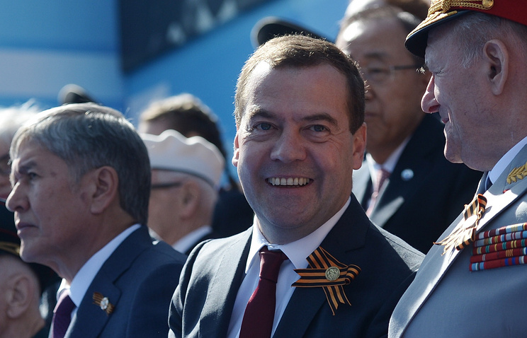 Премьер-министр РФ Дмитрий Медведев (в центре)