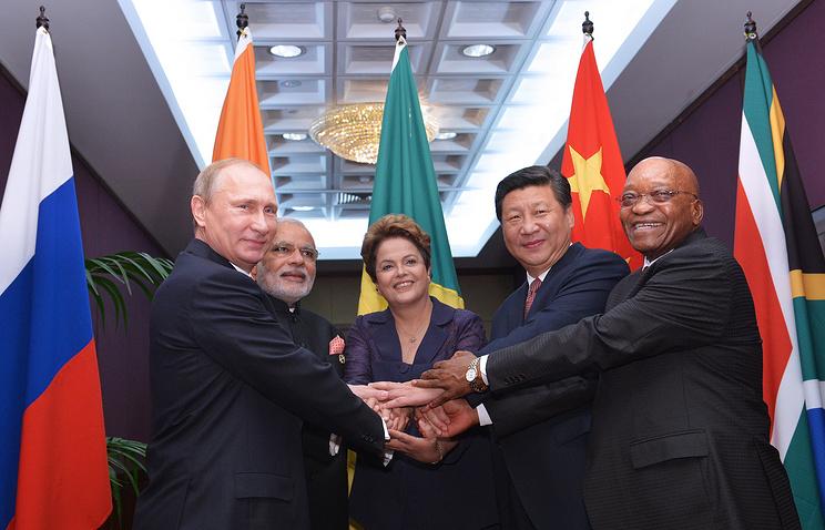 Президент России Владимир Путин, премьер-министр Индии Нарендра Моди, президент Бразилии Дилма Роуссефф, председатель Китайской Народной Республики Си Цзиньпин и президент Южно-Африканской Республики (ЮАР) Джейкоб Зума
