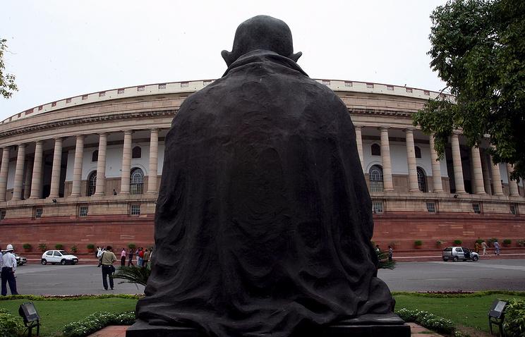 Статуя Махатмы Ганди перед зданием Правительства Индии в Нью-Дели