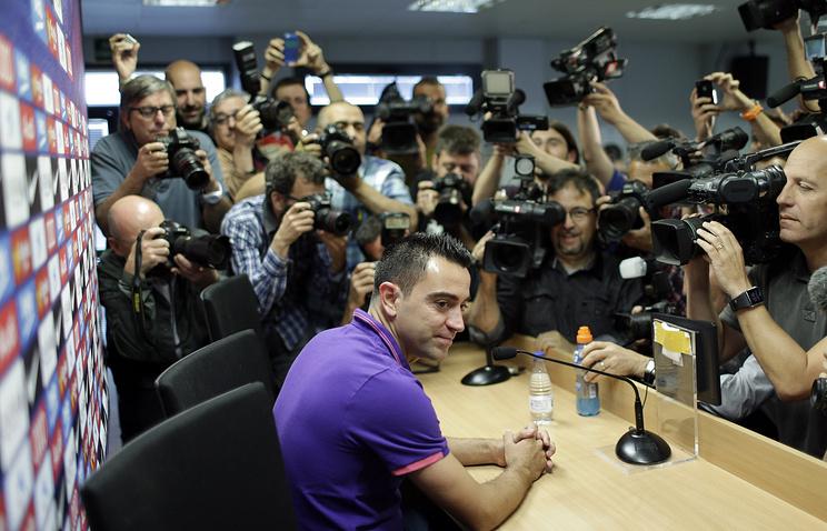 Футболист Хави во время пресс-конференции