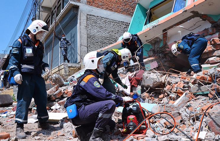 Разбор завалов от землетрясения в Непале