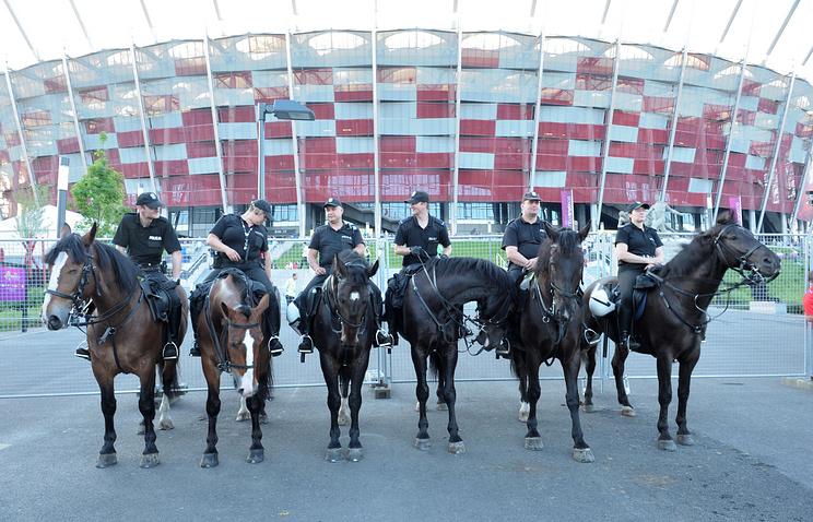 Сотрудники полиции у Национального стадиона в Варшаве